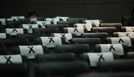 지난 6월 서울 건대 롯데시네마에서 열린 영화 '#살아있다' 언론 시사회 때 취재석이 신종 바이러스감염증(코로나19) 여파로 한 칸씩 띄어져 있는 모습. [뉴스1]