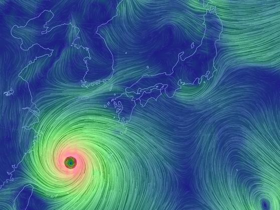 9호 태풍 마이삭은 1일 오전 9시 기준 중심기압 935㍱의 매우 강한 태풍으로 발달했다. 따뜻한 바닷물에서 에너지를 흡수하며 발달하며 북상해, 1일 밤 제주도부터 영향권에 들 것으로 보인다. 자료 기상청
