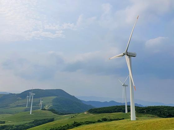 지난 6월 27일 강원 평창군 대관령 일대에 설치된 풍력발전기. 남궁민 기자