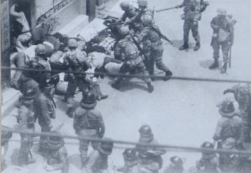 1980년 5월 광주민주화운동 당시 금남로에서 시위 학생들을 연행하는 계엄군. [연합뉴스]