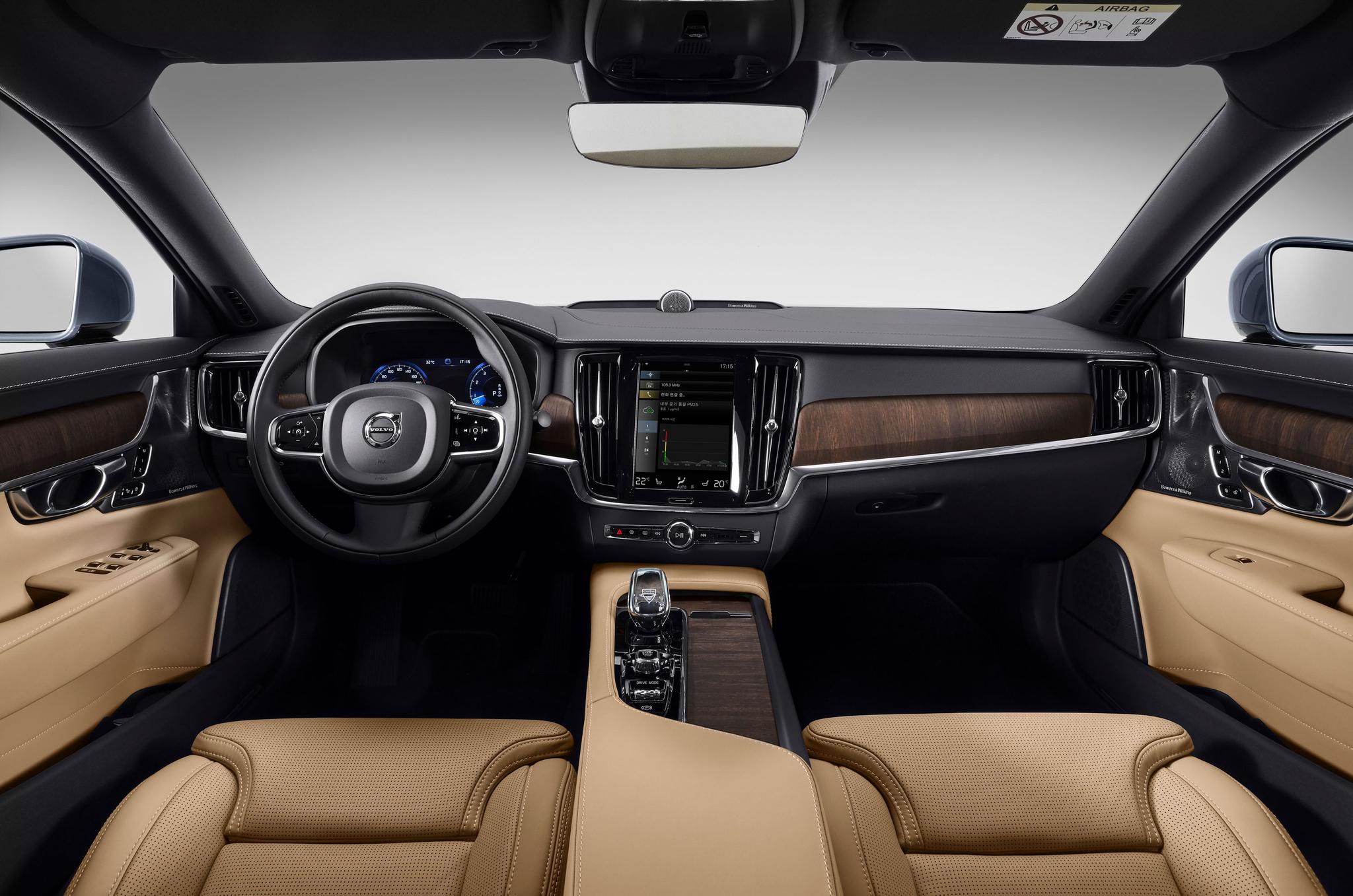 부분변경된 볼보 S90은 더 풍부해진 안전사양과 한국 시장에 맞춘 공기청정기능, 새로 개발한 바우어앤윌킨스(B&W) 오디오 등이 탑재됐다. 사진 볼보자동차코리아