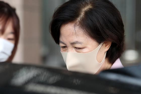 추미애 법무부 장관이 경기도 과천 법무부 청사를 나서고 있다. 뉴스1