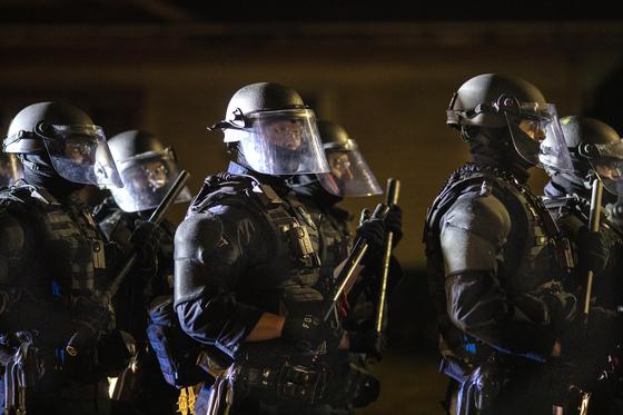 미국 포틀랜드에서 97일째 인종차별 반대 시위가 열리고 있다. 지난달 30일 포틀랜드 경찰은 폭력 시위대 수십명을 체포했다. 전날 트럼프 지지자들과 시위대가 충돌하면서 트럼프 지지자 1명이 총에 맞아 숨졌다. [AP=연합뉴스]