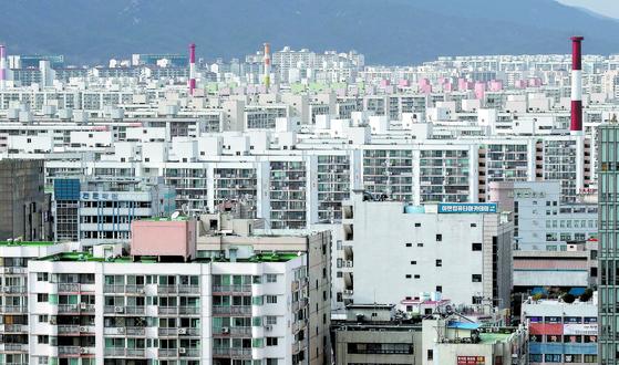 12월 10일부터 임대사업자는 등록임대주택의 소유권 등기에 임대주택임을 구체적으로 부기등기해야 한다. 사진은 서울 노원구 일대의 아파트 단지 모습. 연합뉴스.