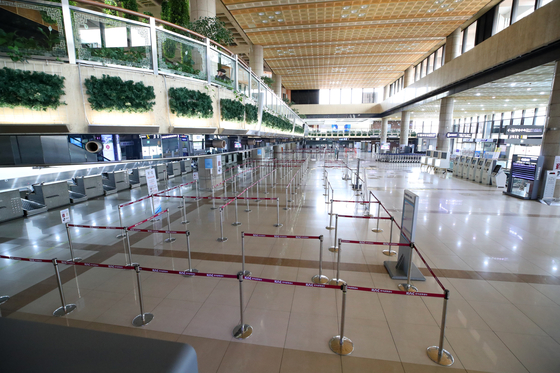지난 5월 국제선 운항 중단 당시 썰렁했던 김포공항 국제선 청사. 연합뉴스