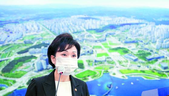 """김현미 장관은 31일 30대의 아파트 매수 열풍과 관련해 '저희는 조금 더 (매수 시기를) 기다리는 게 좋겠다고 생각하고 있다""""고 말했다. [연합뉴스]"""