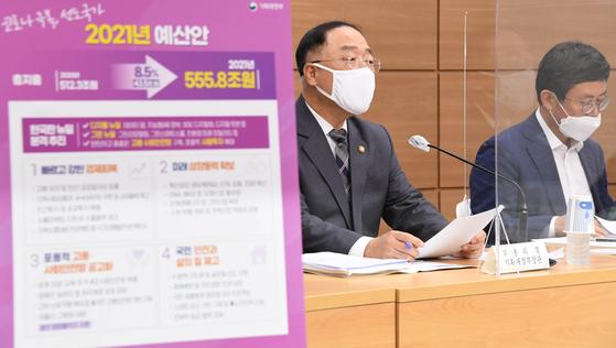 홍남기 부총리 겸 기획재정부 장관(왼쪽)이 지난달 28일 정부세종청사에서 열린 '2021년도 예산안' 사전 기자회견에서 발언하고 있다. 오른쪽은 안도걸 기재부 예산실장. [사진 기획재정부 제공]