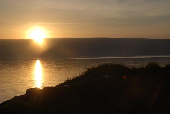갈릴리 호수에 아침 해가 떠오르고 있다. 햇살이 비치면 호수가 황금빛으로 물든다. 갈릴리=백성호 기자