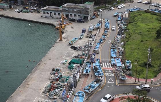제9호 태풍 마이삭이 북상 중인 31일 오후 부산 해운대구 송정어촌계 인근 도로변에 소형어선들이 피항해 있다. 송봉근 기자