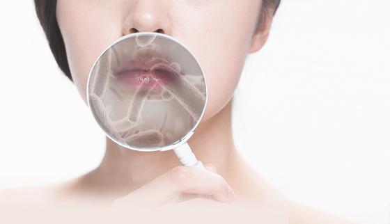 입 안에는 살아있는 유산균이 100억 마리가 유익균과 유해균으로 상존하고 있다. 스트레스·가글 등으로 균형이 깨지면 유해균이 번식해 구강 질환의 원인이 된다. 이미지투데이 제공