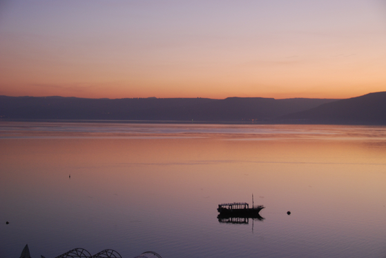 해가 떨어지는 갈릴리 호숫가에 노을이 붉게 물들고 있다. 해질 무렵 갈릴리 호수는 무척 평화롭다. 갈릴리=백성호 기자