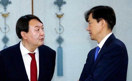 윤석열 검찰총장(왼쪽)과 조국 전 법무부 장관. [연합뉴스]