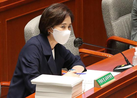 1일 국회 예결위의장에서 전체회의가 열린 가운데 유은혜 교육부 장관이 질의에 답하고 있다. 연합뉴스