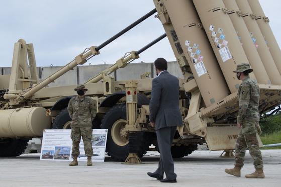 마크 에스퍼 미국 국방장관(오른쪽 두번째)이 지난달 29일 괌 앤더슨 공군기지에 배치된 사드 체계를 둘러보고 있다. 이 사드 체계는 경북 성주에 배치된 사드 체계와 동일하다. [미 국방영상정보배포시스템(DVIDS) 홈페이지]