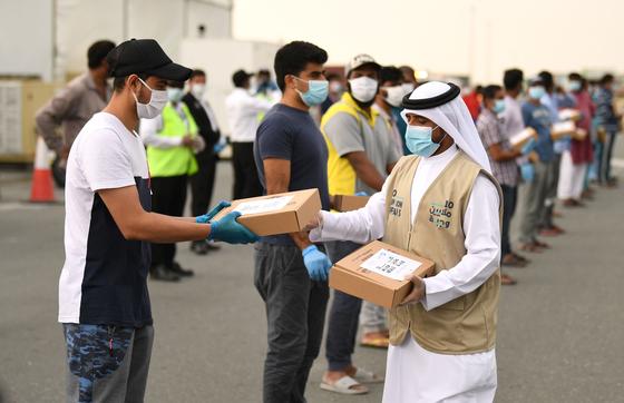 아랍에미리트(UAE) 두바이의 정부 관계자가 지난 4월 28일 이주 노동자들에게 도시락을 나눠주고 있다. 지난 4~5월 이슬람 금식월인 라마단 기간 동안 아랍에미리트의 토후국인 두바이에서만 1000만 개의 도시락을 이주민들에게 나눠줬다. 공존을 위한 관용 정책이다. AFP=연합뉴스
