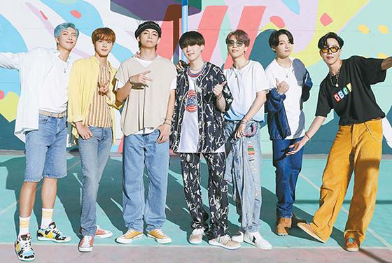 방탄소년단(BTS)은 지난달 31일(현지시간) 첫 영어 싱글 '다이너마이트'로 빌보드 싱글차트 '핫 100' 1위에 올랐다. 왼쪽부터 RM, 진, 뷔, 슈가, 지민, 정국, 제이홉. [사진 빅히트엔터테인먼트]