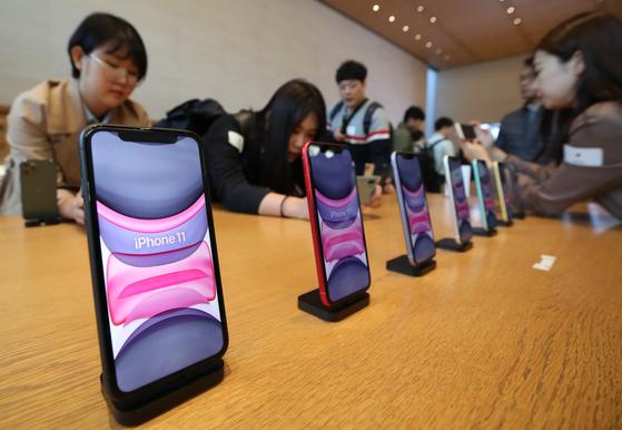 지난해 10월 서울 신사동 애플 가로수길 매장에서 열린 애플 아이폰11 국내 출시 행사를 찾은 고객과 미디어 관계자들이 아이폰11, 아이폰11프로, 아이폰11프로 맥스 제품을 살펴보고 있다. [연합뉴스]