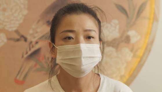 중국 우한의 여성 자오 레이.  그는 지난 1 월 코로나에 감염된 아버지가 사망 한 실태를 은폐 한 중국 정부의 책임이 정부에 공식 사죄와 손해 배상을 요구하는 소송을 제기했다. [유튜브 캡처]