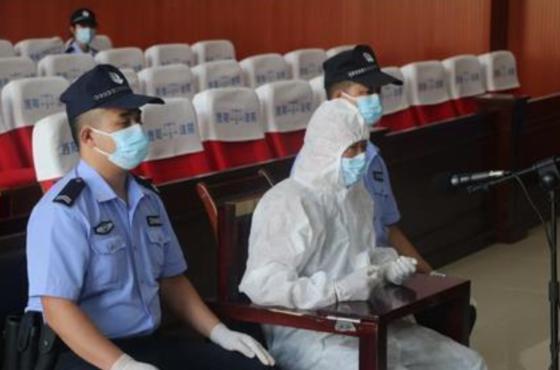 밖으로 나가지 말라는 코로나 관련 규정을 어기고 마작을 하다가 여러 명을 감염시킨 중국 남성 궈 모가 지난 1일 법원에서 징역 2년형을 선고받았다. [더양시 법원 위챗]