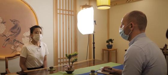 중국 우한 여성 자오 레이가 영국 언론 스카이 뉴스와 인터뷰하고있다.  그는 중국 정부를 고소 후 공안이 자신의 어머니를 찾아와 소송을 취하하고 공개적으로 얘기하지 말라고 경고했다 폭로했다. [유튜브 캡처]