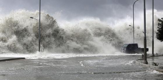 제 18 호 태풍 차바의 북쪽에 2016 년 10 월 5 일 오전 부산 해운대구 마린 시티 앞 방파제에 지뿌체 파는 파도가 몰아 치고있다.  중앙 포토