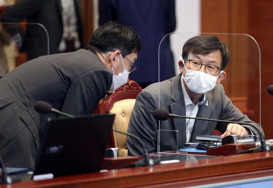 김상조 청와대 정책실장(오른쪽). 청와대사진기자단