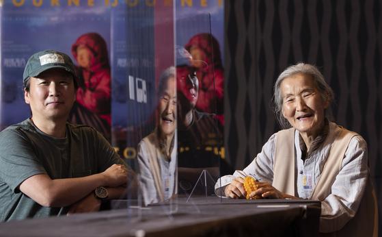 다큐멘터리 '카일라스 가는 길'의 감독 정형민(왼쪽) 씨와 다큐의 주인공인 어머니 이춘숙 씨가 8월 31일 이비스 앰배서더 인사동에서 활짝 웃었다. 권혁재 사진전문기자