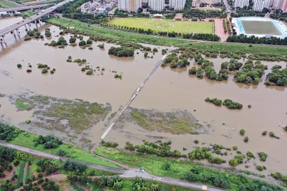 지난해 9 월 23 일 대구시 수성구 금호강을 따라 전일 태풍 '휴식'이 가져온 호우에 대부분 잠겨있다.  연합 뉴스