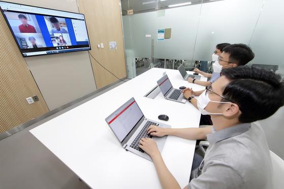 KT 채용 담당자들이 2020년 채용에 도입하는 화상면접 시스템을 시험 사용하고 있는 모습. 기사와 직접적인 관련 없음. [연합뉴스]