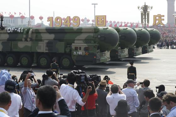 지난해 10월 국경절을 맞아 최대 사거리 1만4000km를 자랑하는 중국의 핵탄두 탑재 대륙간탄도미사일 '둥펑-41'이 대중에 공개되고 있다. [AP=연합뉴스]