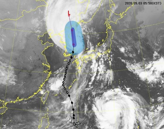 제9호 태풍 마이삭이 강릉 인근 동해 앞바다로 빠져나갔다. 3일 오전 5시50분 현재 태풍의 위성영상과 예상경로. [그래픽 기상청]