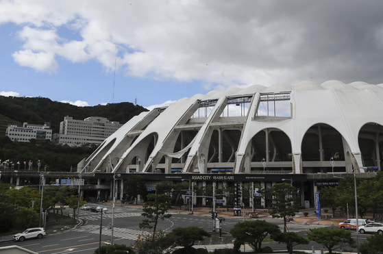 제9호 태풍 마이삭이 부산에 상륙한 3일 오전 부산 연제구 아시아드주경기장 지붕 막이 찢어져 있다. [연합뉴스]