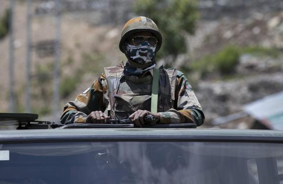 중국과 인도의 국경 분쟁 지역으로 향하는 인도 군의 모습 ⓒAP