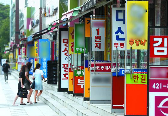 최근 서울 아파트 전세 시장에서 품귀현상은 뚜렷해지고 전셋값은 급등하고 있다. 이제 서울에서 아파트 전세를 구하려면 5억원은 필요하다. 사진은 지난달 서울 송파구의 한 부동산 밀집상가. 뉴시스