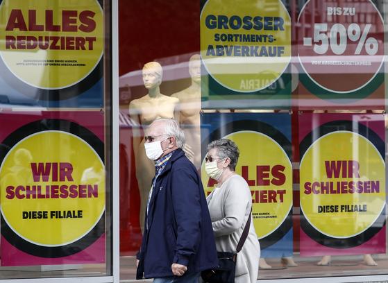 1일(현지시간) 독일 에센의 갈레리아 카우프호프 백화점에 '폐점세일'을 알리는 안내문이 붙어있다. [에센 AP=연합뉴스]