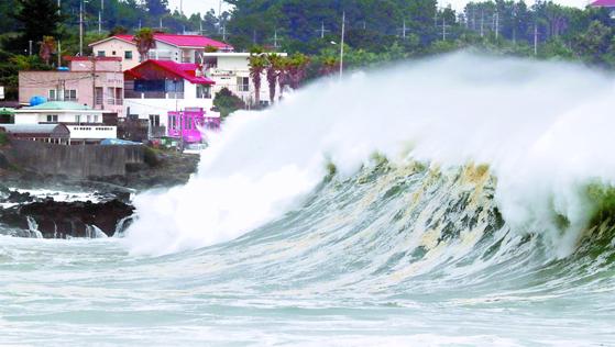 제9호 태풍 '마이삭'이 강한 세력을 유지한 채 북상 중인 2일 오전 제주도 서귀포 표선리 앞바다에 높은 파도가 몰아치고 있다. [뉴스1]