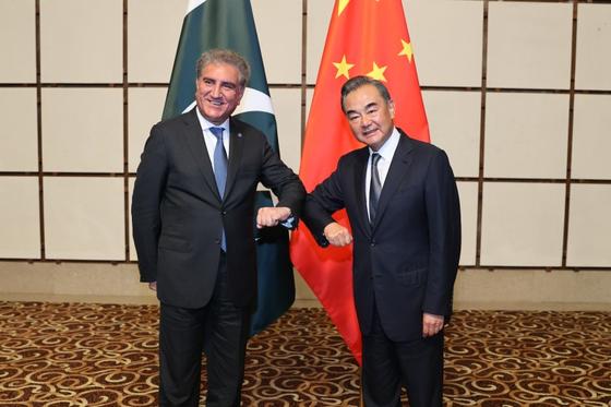 해남 마크 둠 샤 마흐무드 쿠 레시 파키스탄 외무 장관 (왼쪽)를 만난 왕이 중국 외교 부장 ⓒ 신화 통신