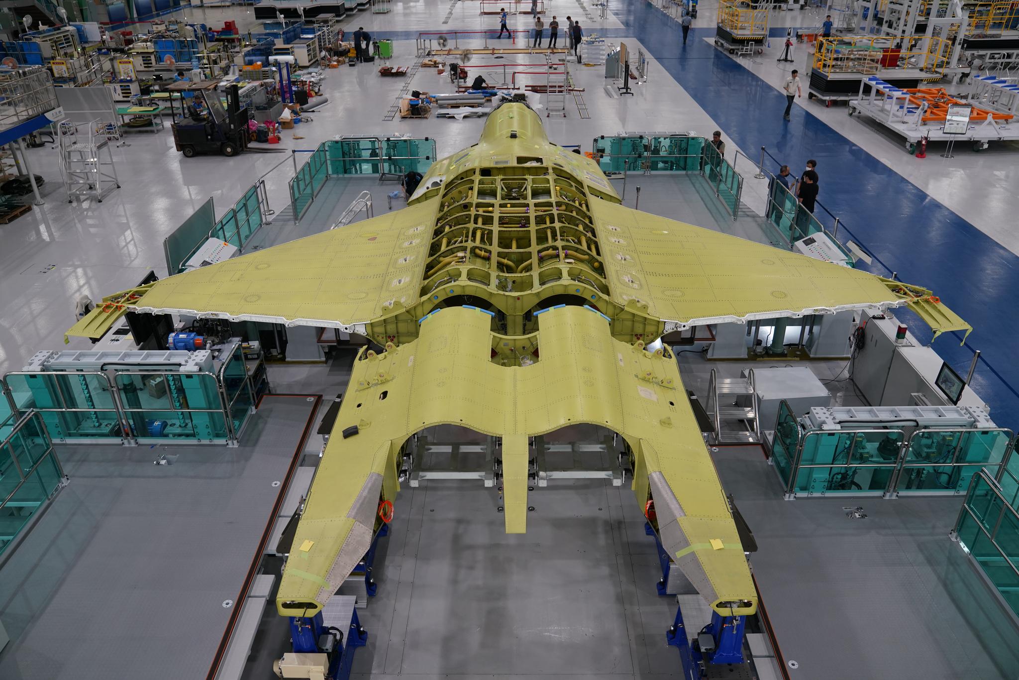 한국항공우주산업(KAI)가 경남 사천 공장에서 3일 한국형 전투기(KF-X) 시제기 최종 조립에 들어간다고 밝혔다. 본격적을 개발을 시잔한지 5년여만의 일이다. 시제기는 내년 상반기 일반에 공개된다. [사진제공 KAI]