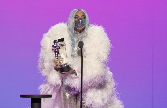 30일 LA에서 열린 '2020 MTV VMA'에서 올해의 아티스트상을 수상한 레이디 가가. 독특한 패션 못지 않게 스팽글로 화려하게 장식한 마스크가 눈에 띈다. 사진 AFP=연합뉴스