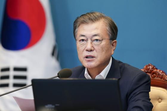 문재인 대통령이 지난달 31일 청와대에서 수석·보좌관 회의를 주재하고 있다. 연합뉴스