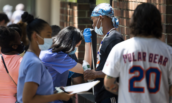 미국 뉴욕시에서 의료진들이 코로나19 테스트를 진행하고 있다. [EPA=연합뉴스]