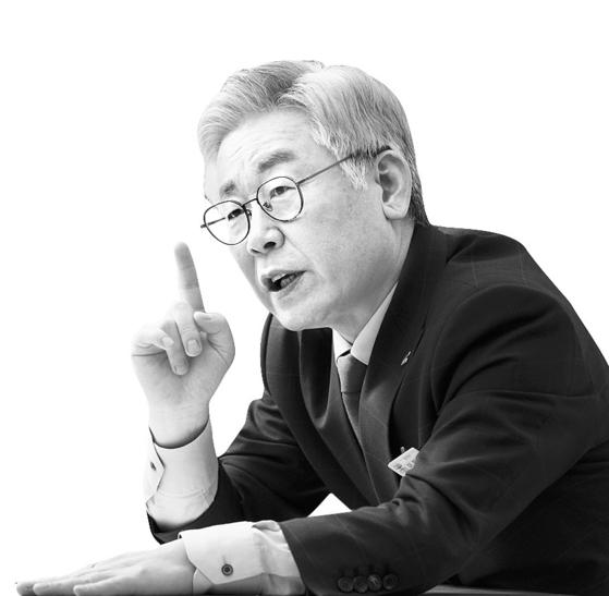 이재명 경기지사가 지난달 21일 경기도청에서 중앙일보와 인터뷰 하고 있다. 임현동 기자
