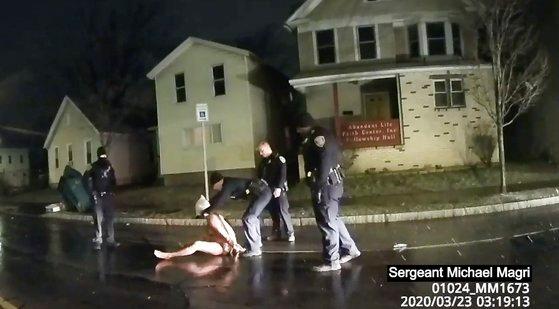 지난 3월 뉴욕 로체스터에서 경찰이 씌운 복면 때문에 질식사한 대니얼 프루드의 체포 당시 상황이 담긴 보디캠 영상. [AP=연합뉴스]