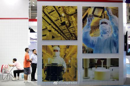8월 26일 중국 장쑤성 난징에서 열린 2020 세계반도체대회에서 참석자들이 행사장을 둘러보고 있다.[중국신문사진망 캡처]
