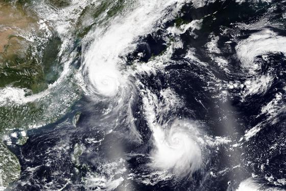 지난 2 일 NASA가 제공 한 위성 사진. 태풍 마이 삭이 한반도를 통과하고, 남쪽에서 하이 라인이 올라오고있다. [AP=연합뉴스]