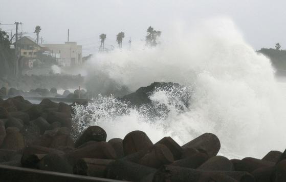 지난 2 일 일본 규슈 남부 나가사키 해안에 태풍의 영향으로 큰 파도가 치고있다. [AP=연합뉴스]