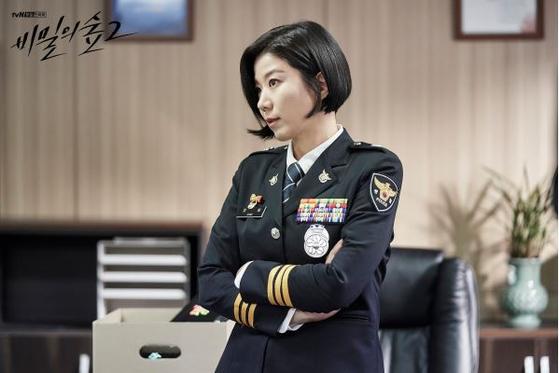 드라마 '비밀의 숲2'에서 여성 최초 경찰청 정보부장 최빛 역을 맡은 전혜진. [사진 tvN]