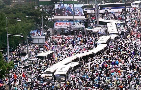 지난달 15일 오후 서울 종로구 동화면세점 앞에서 열린 정부 및 여당 규탄 관련 집회에서 사랑제일교회 전광훈 목사가 발언하고 있다. [연합뉴스]
