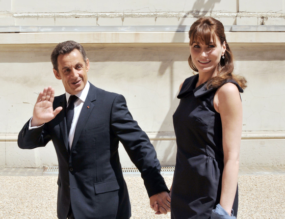 나는 콜라 사르코지 전 프랑스 대통령과 그의 아내 카를로 브루니. [AFP=연합뉴스]