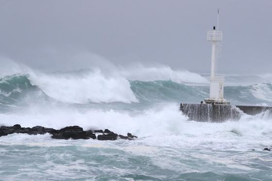 태풍 '하이선'이 북상하는 가운데 6일 오전 제주 서귀포시 남원읍 태흥리 앞바다에 거센 파도가 몰아치고 있다. 연합뉴스